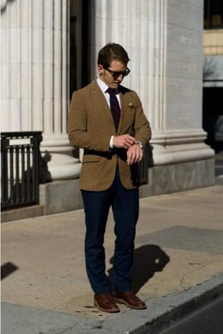 Cómo combinar: blazer en tabaco, camisa de vestir blanca, pantalón de vestir azul marino, botas casual de cuero burdeos
