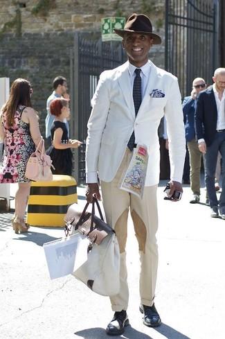 Cómo combinar: blazer blanco, camisa de vestir blanca, pantalón de vestir en beige, zapatos derby de cuero azul marino