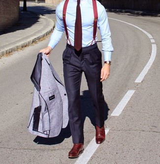Cómo combinar: blazer de lana gris, camisa de vestir celeste, pantalón de vestir de rayas verticales azul marino, zapatos oxford de cuero burdeos