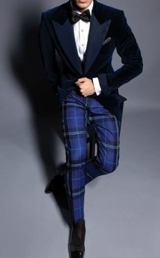 Cómo combinar: blazer de terciopelo azul marino, camisa de vestir blanca, pantalón de vestir de tartán azul, mocasín de cuero negro