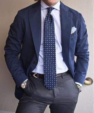 Cómo combinar: blazer de algodón azul marino, camisa de vestir blanca, pantalón de vestir gris, corbata a lunares azul marino