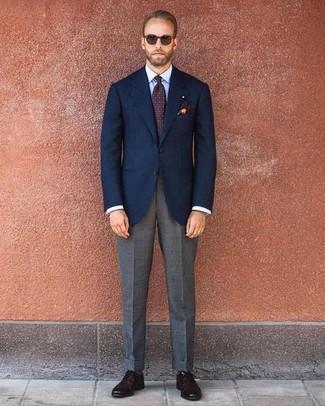 Cómo combinar: blazer azul marino, camisa de vestir celeste, pantalón de vestir gris, zapatos oxford de cuero en marrón oscuro