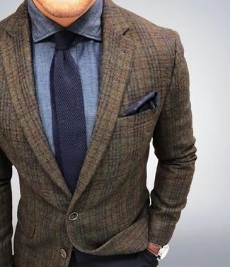 Cómo combinar: blazer de lana de tartán marrón, camisa de vestir de cambray azul marino, pantalón de vestir azul marino, corbata de punto azul marino