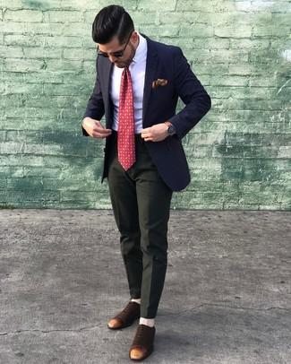 Cómo combinar: blazer azul marino, camisa de vestir blanca, pantalón de vestir verde oscuro, zapatos oxford de ante en marrón oscuro