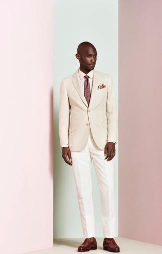 Cómo combinar: blazer en beige, camisa de vestir rosada, pantalón de vestir blanco, mocasín de cuero burdeos