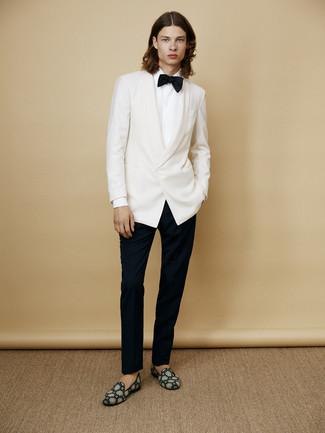 Look de moda: Blazer blanco, Camisa de vestir blanca, Pantalón de vestir negro, Mocasín de ante en verde azulado