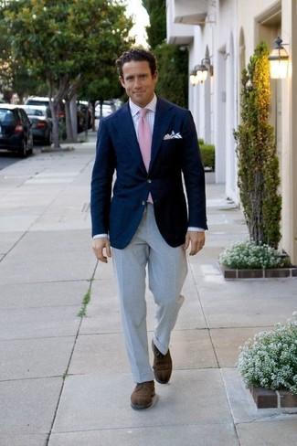 Cómo combinar: blazer azul marino, camisa de vestir a cuadros blanca, pantalón de vestir gris, zapatos derby de ante en marrón oscuro