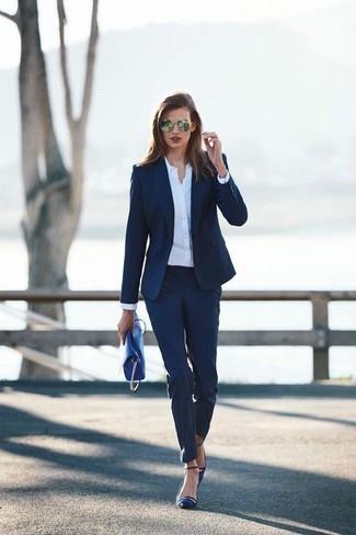 Cómo Combinar Unos Zapatos De Tacón De Satén Azul Marino