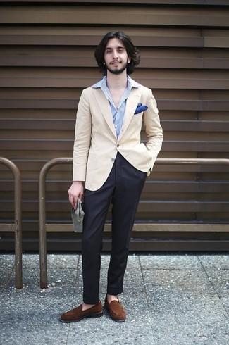 Cómo combinar: blazer en beige, camisa de vestir de rayas verticales celeste, pantalón de vestir negro, mocasín de ante marrón