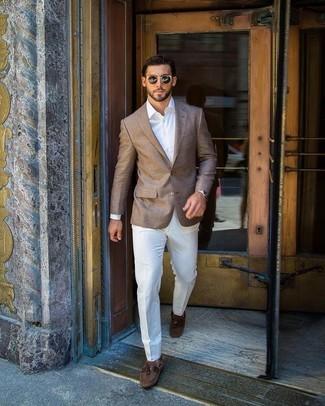 Cómo combinar: blazer marrón, camisa de vestir blanca, pantalón de vestir blanco, náuticos de ante marrónes