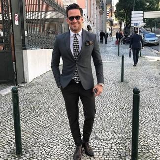 Cómo combinar: blazer en gris oscuro, camisa de vestir blanca, pantalón de vestir negro, zapatos brogue de cuero en marrón oscuro