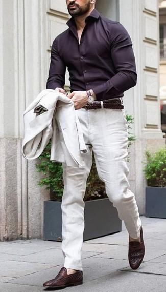 Cómo combinar: blazer de lino en beige, camisa de vestir en marrón oscuro, pantalón de vestir de lino en beige, mocasín de cuero en marrón oscuro