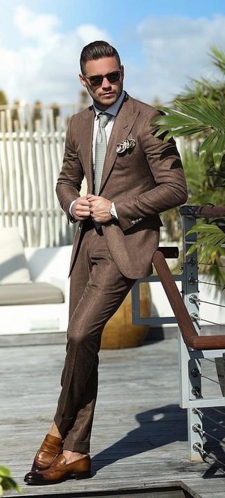 Cómo combinar: blazer marrón, camisa de vestir blanca, pantalón de vestir marrón, mocasín de cuero marrón