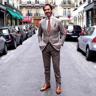 Cómo combinar: blazer de tartán marrón, camisa de vestir blanca, pantalón de vestir marrón, zapatos con doble hebilla de cuero en tabaco