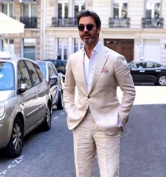 Un blazer de lino beige y unas gafas de sol son un look perfecto para ir a la moda y a la vez clásica.