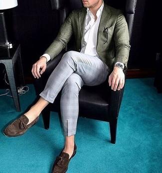 Cómo combinar: blazer de lana verde oliva, camisa de vestir blanca, pantalón de vestir de tartán gris, mocasín con borlas de ante en marrón oscuro