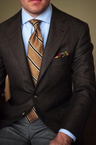 Cómo combinar: blazer en marrón oscuro, camisa de vestir celeste, pantalón de vestir gris, corbata de rayas verticales marrón