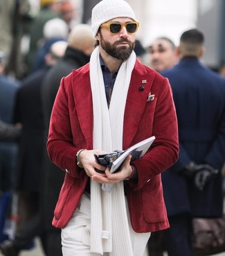 Cómo combinar: blazer de pana rojo, camisa de vestir azul marino, pantalón de vestir blanco, gorro blanco