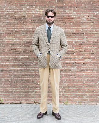 Cómo combinar: blazer de pata de gallo en beige, camisa de vestir celeste, pantalón de vestir marrón claro, mocasín con borlas de cuero en marrón oscuro