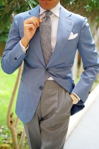 Cómo combinar: blazer celeste, camisa de vestir blanca, pantalón de vestir gris, corbata gris
