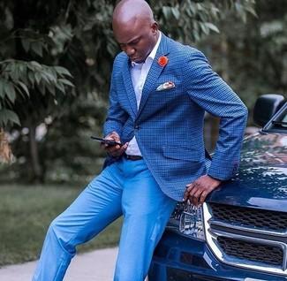 Cómo combinar: blazer a cuadros azul, camisa de vestir blanca, pantalón de vestir azul, pañuelo de bolsillo estampado naranja