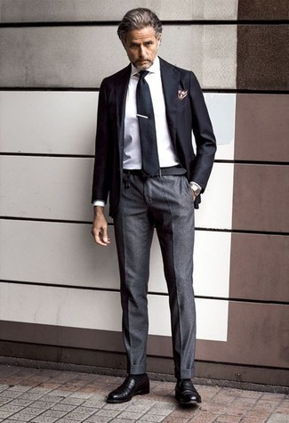 Cómo combinar: blazer negro, camisa de vestir blanca, pantalón de vestir en gris oscuro, mocasín de cuero negro