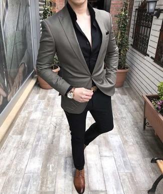 Cómo combinar: blazer gris, camisa de vestir negra, pantalón de vestir negro, zapatos derby de cuero marrónes