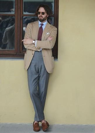 Cómo combinar: blazer marrón claro, camisa de vestir celeste, pantalón de vestir gris, mocasín de ante marrón