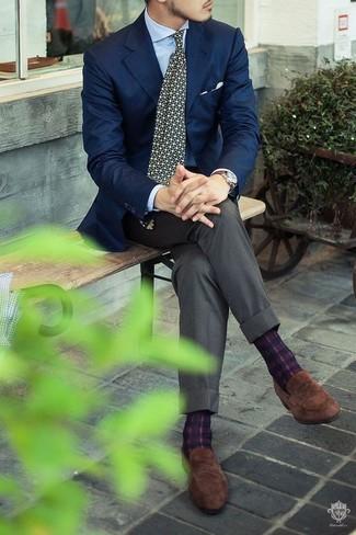 Cómo combinar: blazer azul marino, camisa de vestir celeste, pantalón de vestir gris, mocasín de ante marrón