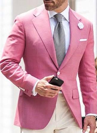 Cómo combinar: blazer rosado, camisa de vestir blanca, pantalón de vestir en beige, corbata gris