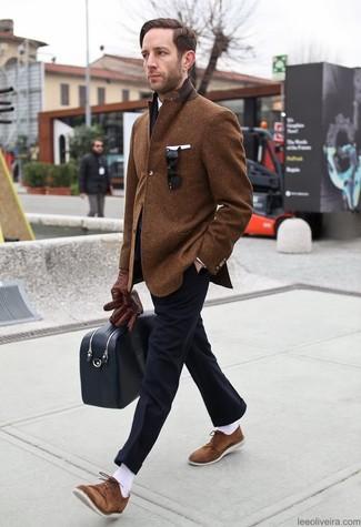 Cómo combinar: blazer de lana marrón, camisa de vestir blanca, pantalón de vestir negro, zapatos derby de ante marrónes
