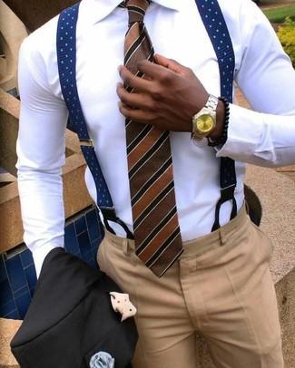 Cómo combinar: blazer negro, camisa de vestir blanca, pantalón de vestir marrón claro, corbata de rayas verticales marrón