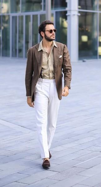 Cómo combinar: blazer marrón, camisa de vestir marrón claro, pantalón de vestir blanco, mocasín de ante en marrón oscuro