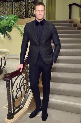 Cómo combinar: blazer con print de flores negro, camisa de vestir azul marino, pantalón de vestir negro, zapatos derby de ante negros