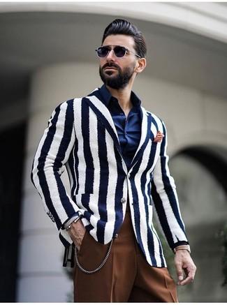 Cómo combinar: blazer de rayas verticales en blanco y azul marino, camisa de vestir azul marino, pantalón de vestir marrón, pañuelo de bolsillo naranja