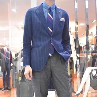 Cómo combinar: blazer de rayas verticales azul marino, camisa de vestir de cambray azul, pantalón de vestir gris, corbata de rayas verticales azul marino