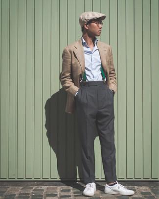 Cómo combinar: blazer marrón claro, camisa de vestir celeste, pantalón de vestir en gris oscuro, tenis de cuero blancos