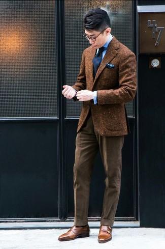 Cómo combinar: blazer de lana marrón, camisa de vestir celeste, pantalón de vestir de pana marrón, zapatos con doble hebilla de cuero marrónes
