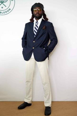 Cómo combinar: blazer azul marino, camisa de vestir blanca, pantalón de vestir blanco, mocasín de cuero negro