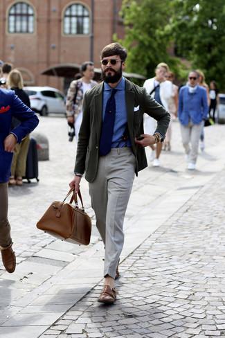 Cómo combinar: blazer verde oscuro, camisa de vestir a lunares azul, pantalón de vestir gris, zapatos con doble hebilla de cuero marrónes