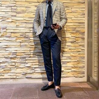 Cómo combinar: blazer de cuadro vichy en beige, camisa de vestir celeste, pantalón de vestir azul marino, mocasín con borlas de cuero negro