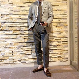 Cómo combinar: blazer de pata de gallo en beige, camisa de vestir blanca, pantalón de vestir en gris oscuro, mocasín con borlas de ante en marrón oscuro