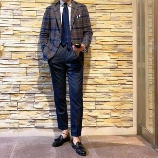 Cómo combinar: blazer de lana de tartán en marrón oscuro, camisa de vestir blanca, pantalón de vestir azul marino, mocasín con borlas de cuero negro