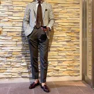 Cómo combinar: blazer de rayas verticales en beige, camisa de vestir blanca, pantalón de vestir en gris oscuro, mocasín con borlas de cuero burdeos