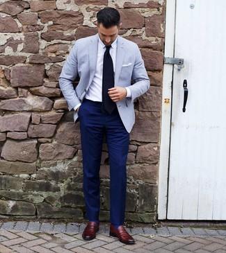 Cómo combinar: blazer celeste, camisa de vestir blanca, pantalón de vestir azul marino, mocasín de cuero burdeos