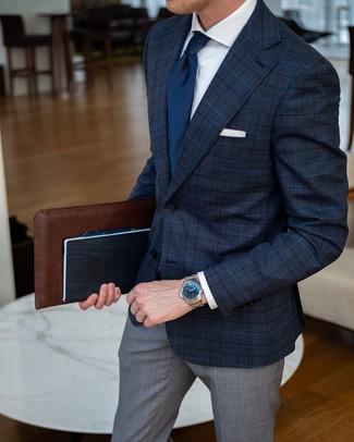 Cómo combinar: blazer de tartán azul marino, camisa de vestir blanca, pantalón de vestir de tartán gris, corbata azul marino