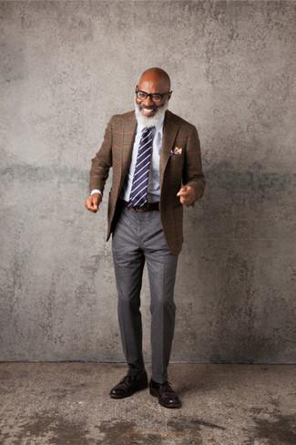 Cómo combinar: blazer de tartán marrón, camisa de vestir blanca, pantalón de vestir de lana gris, zapatos derby de cuero en marrón oscuro