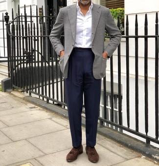 Cómo combinar: blazer de pata de gallo gris, camisa de vestir blanca, pantalón de vestir azul marino, mocasín con borlas de ante marrón