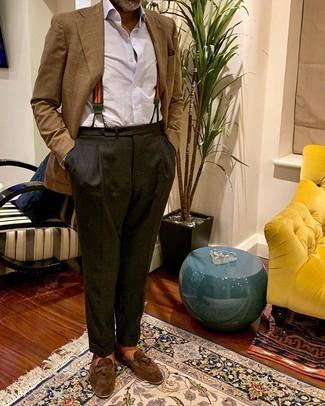 Cómo combinar: blazer de tartán marrón, camisa de vestir blanca, pantalón de vestir en gris oscuro, mocasín con borlas de ante marrón