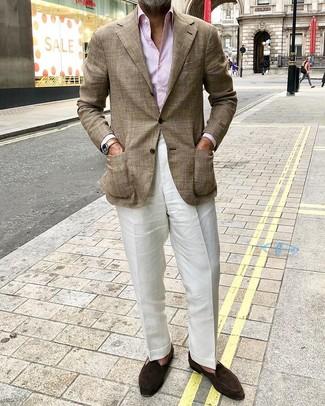 Cómo combinar: blazer de tartán marrón, camisa de vestir de rayas verticales rosada, pantalón de vestir de lino blanco, mocasín de ante en marrón oscuro